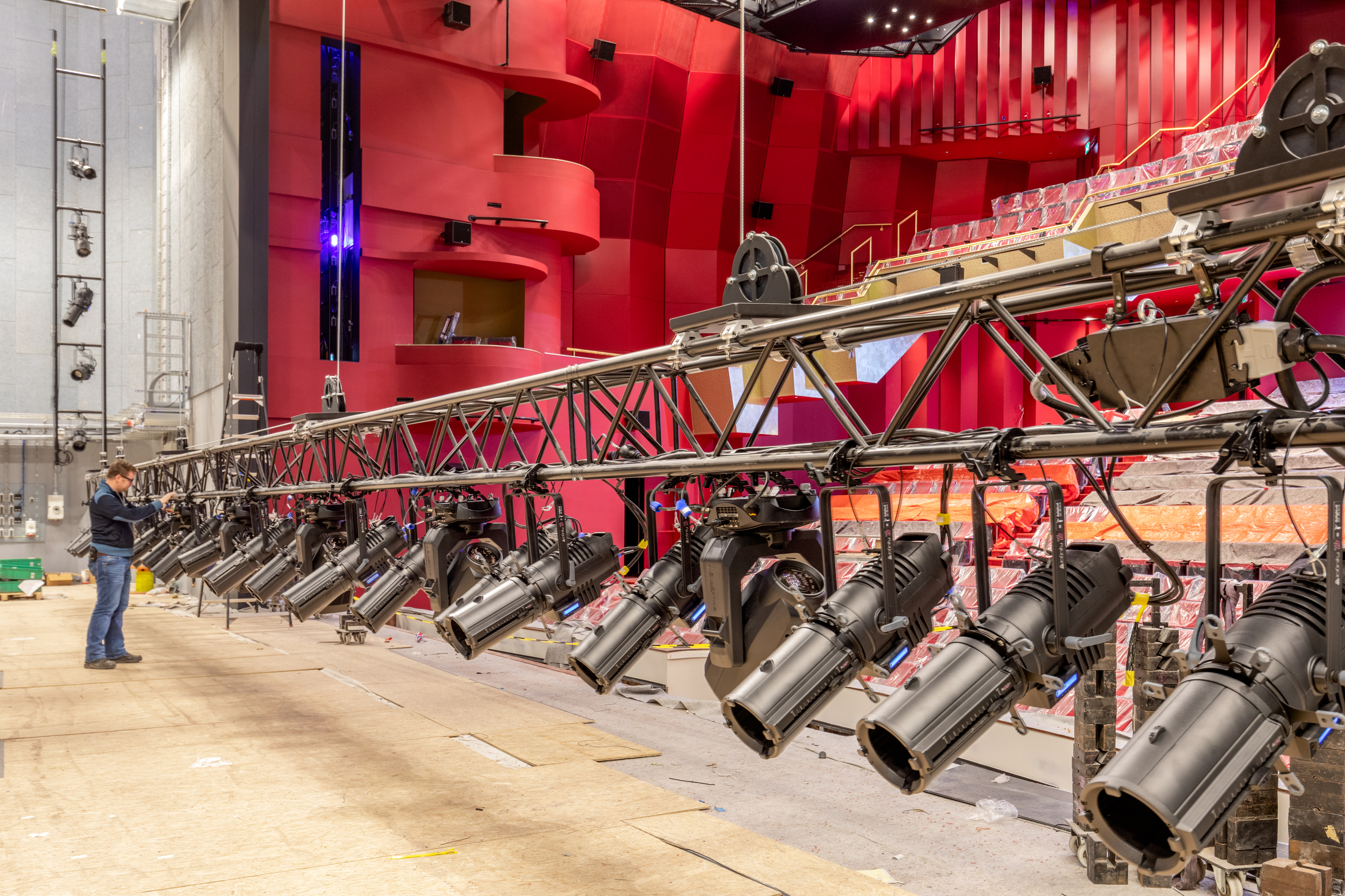 74 Infinity TS-260C7 luminaires in AFAS theatre