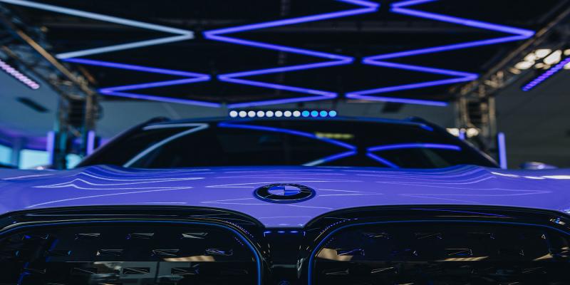 Showtec ilumina el stand del BMW iX3