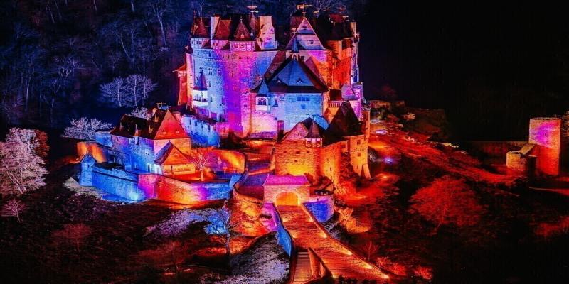 Castillo medieval Burg Eltz maravillosamente iluminado