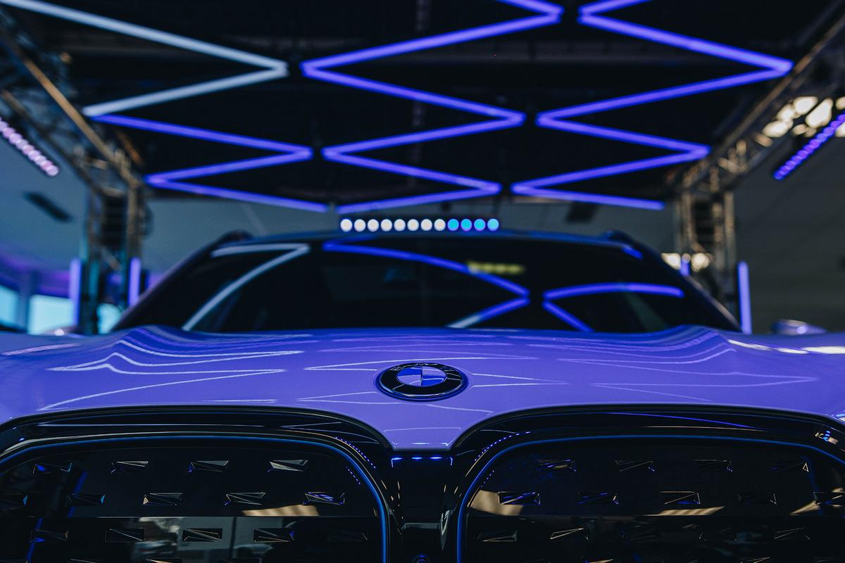 Showtec beleuchtet BMW iX3-Stand